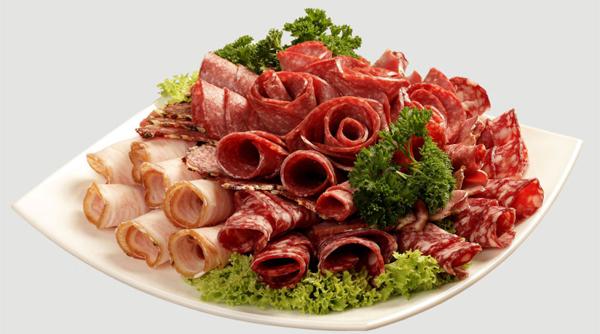 20 самых простых и оригинальных вариантов оформления мясной нарезки – создаем красивый стол!
