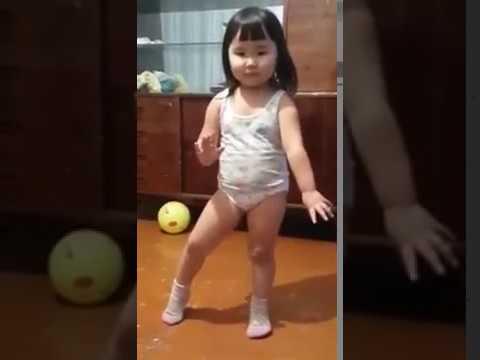 Эта малышка буквально взорвала Интернет! Вот так нужно танцевать Папито!