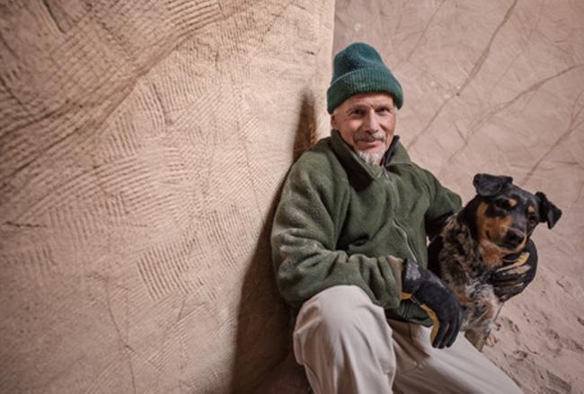 Целых 25 лет художник живет в пещере вместе со своим псом… И у каждого, кто входит туда, отнимает речь от удивления…