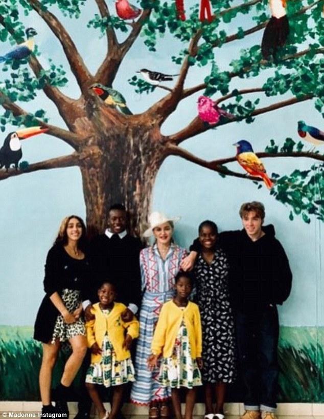 Мадонна показала всех своих шестерых детей – надо же, такая преданная и любящая мама…