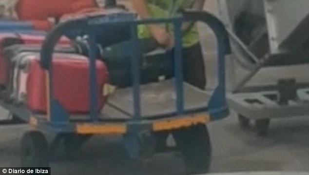 Пассажиру самолета удалось снять на видео процесс кражи вещей из чужих чемоданов
