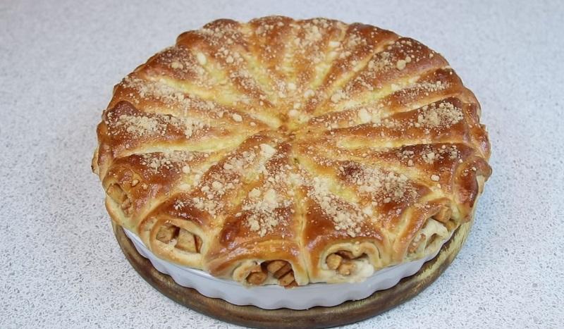 Вам тоже надоела привычная шарлотка? Тогда попробуйте испечь пирог «Яблочные рожки»