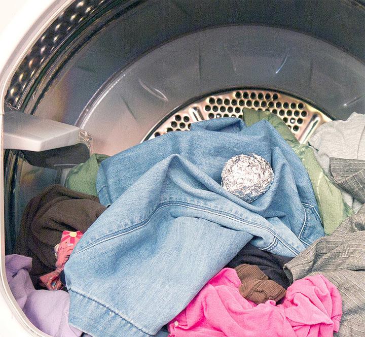 Достаточно бросить шарик из фольги в стиральную машину – результат меня удивил, теперь всегда так делаю