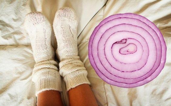 Просто положите лук в носки на ночь и возможно, вы будете удивлены эффекту, который окажет средство на ваш организм
