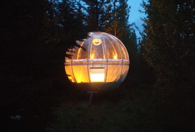 В Исландии у каждого есть возможность провести ночь в таких пузырях – увидеть северное сияние, посмотреть на жизнь леса