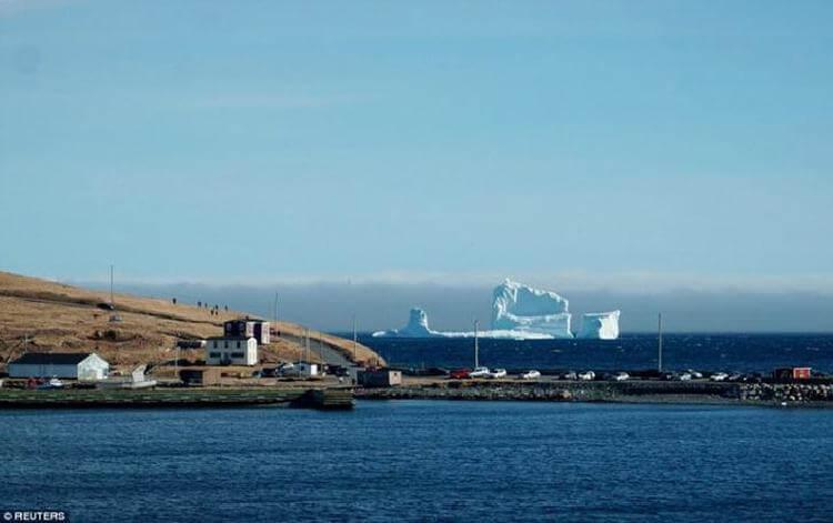 В Канаде небывалый приток туристов: к берегам приплыл огромный айсберг и на это посмотреть хотят все
