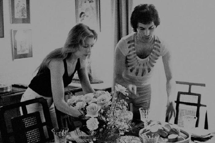 Он говорил, что она – любовь всей его жизни… Романтичные фото Фрэдди Меркьюри с Мэри Остин