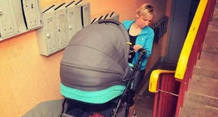 Когда мамочка с коляской обратилась к мужчине в подъезде, он нахамил ей – и тут же был наказан