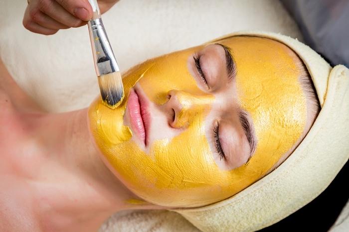 Как сделать дома великолепную золотую маску, которая сбрасывает возраст с 50 до 35
