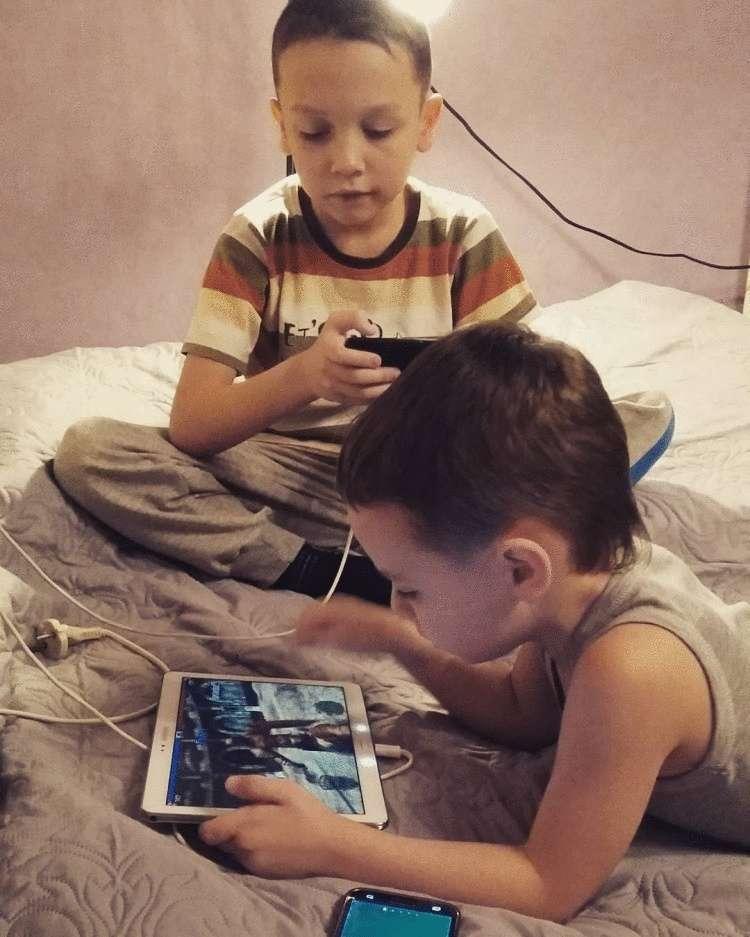 Психологи предупреждают: круглосуточное сидение детей в смартфонах и других гаджетах вредит их здоровью