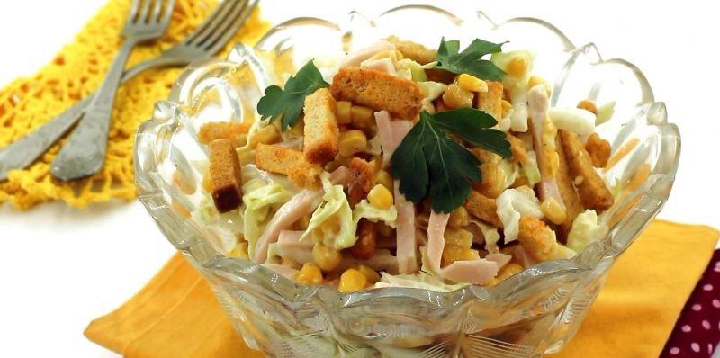 Сытные, вкусные и оригинальные салаты с сухариками – настоящая находка в 5 вариантах