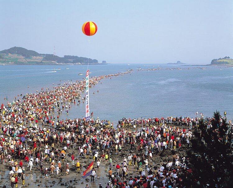 Настоящее «Моисеево чудо» на острове Чиндо – хотите увидеть легенду в реальности?