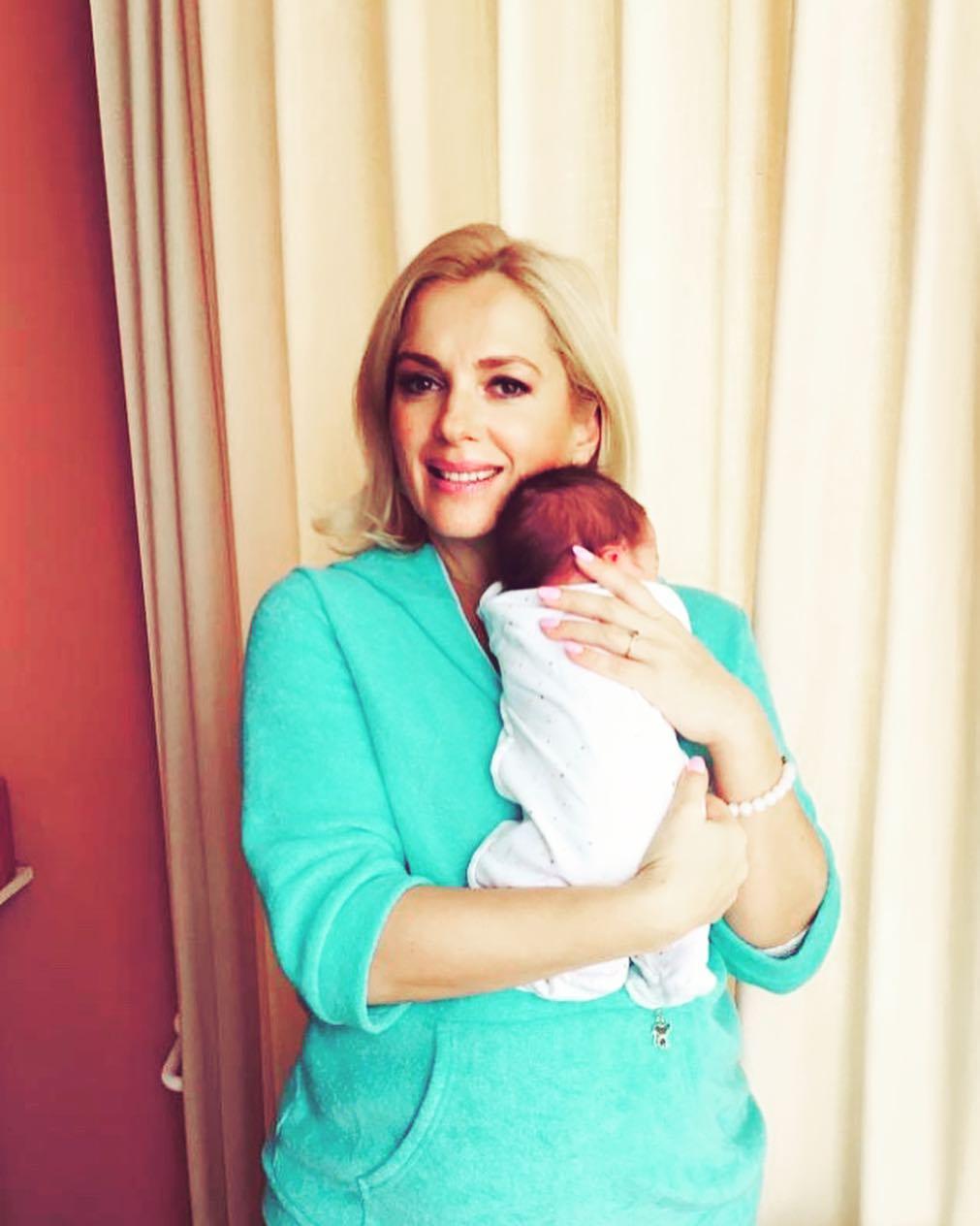 Мария Порошина вернулась домой из роддома с сыном. Интересно, кто встретил ее на выписке?