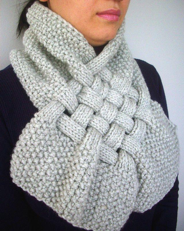 Красивый шарф-снуд с элементами плетения – такой необычный и стильный аксессуар не останется незамеченным