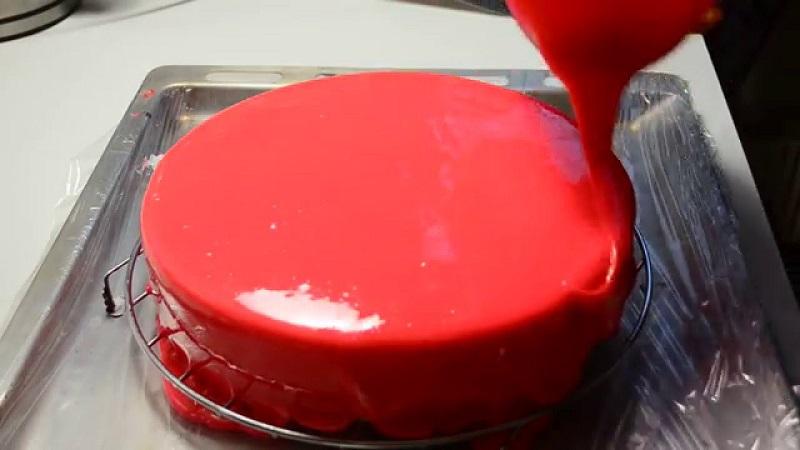 Самый простой и оригинальный способ украшения десерта за 15 минут – поливать можно прямо из сотейника