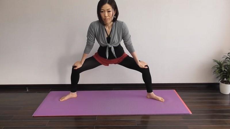 Всего одно упражнение дает 3 крутых эффекта: стройная талия, подвижная поясница, крепкая спина