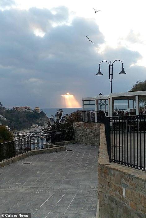 Неожиданно в небе над Италией люди увидели фигуру Иисуса, сотканную из ярких лучей солнца